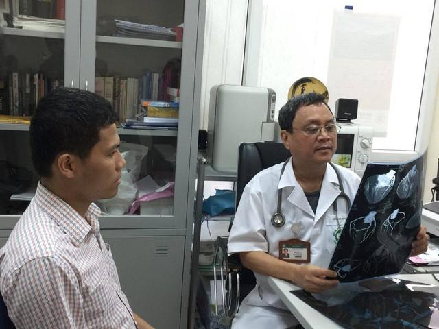 PGS.TS Đỗ Quốc Hùng xem hình ảnh phim cho bệnh nhân. Ảnh: Võ Thu