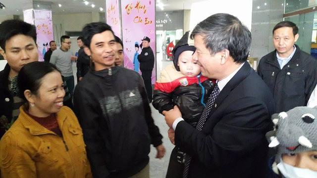 GS.TS Nguyễn Anh Trí thăm hỏi, chúc Tết các gia đình bệnh nhân trước khi xe khởi hành