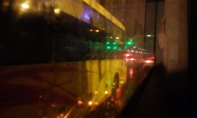 Xe khách vượt nhau trong đêm tối. Ảnh: H.P