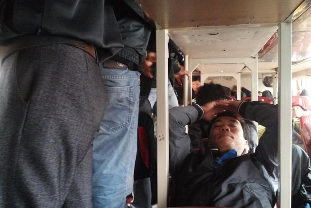 Khách phải đứng trên xe S.C từ Nghệ An ra Hà Nội. (ảnh chụp tháng 2/2016).