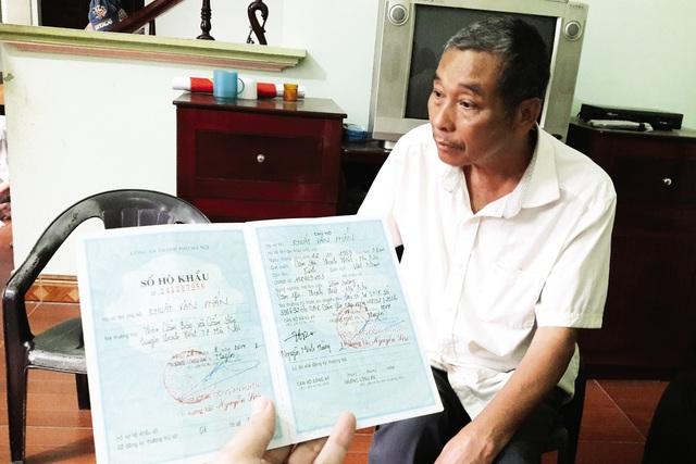 Để được đổi sổ hộ khẩu, ông Khuất Văn Phấn, thôn Cẩm Bào và hàng trăm hộ dân xã này đã phải chi 70.000 đồng/hộ. Ảnh: M. Anh
