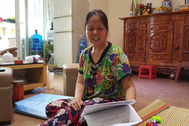 Bức xúc vì nước nhiễm bẩn, bà Nguyễn Thị Dung - Tổ trưởng Tổ dân phố 25 tự mang nước đi xét nghiệm và kết quả khác xa với xét nghiệp của chủ đầu tư. Ảnh: P.Bình