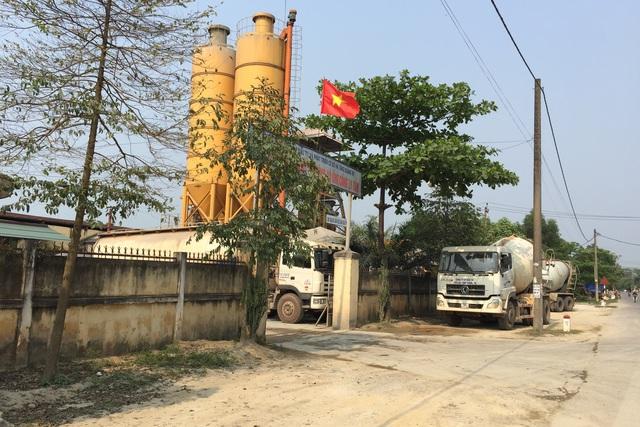 Trạm trộn bê tông của Cty CP Đầu tư và phát triển cơ sở hạ tầng Quảng Trị hoạt động giữa khu dân cư. Ảnh: L.Chung