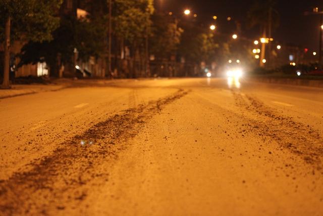 Vệt bánh xe toàn đất đi ra từ một công trường trên đường Văn Phú.