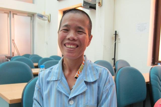 Cách đây 2 tuần, bệnh nhân Lê Thị Dung đã phải nghĩ đến cái chết song nay đã nở nụ cười. Ảnh: V.Thu
