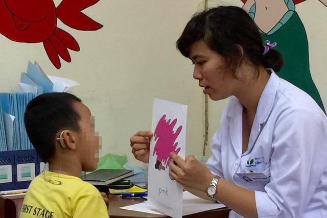 Để hạn chế việc trẻ nói ngọng, phụ huynh cần lưu ý, khi trò chuyện với trẻ phải nói rõ ràng, không nói nhại vì trẻ sẽ bắt chước. Ảnh: V.T