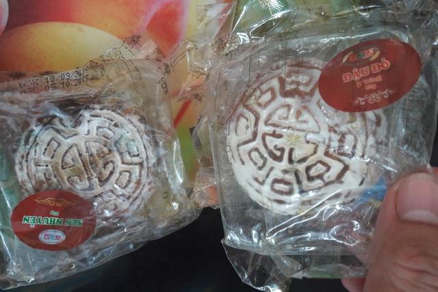 Số bánh lưu mẫu cùng lô sản xuất với chiếc bánh quá hạn 1 năm của công ty G&G Việt Nam đã mốc trắng và có mùi lạ. Ảnh: TG
