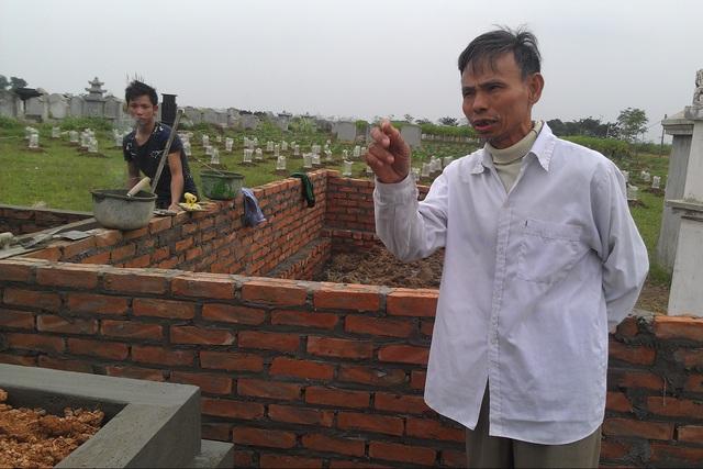 Ông Nguyễn Minh Châu cho biết nhiều người dân tìm về các nghĩa trang ngoại thành Hà Nội để mua hoặc thuê đất mai táng. Ảnh: Cao Tuân.