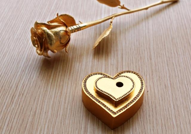 Những bông hồng vàng và mạ vàng là món quà sang trọng, độc và lạ mang nhiều bất ngờ cho phái đẹp. Ảnh: T.G