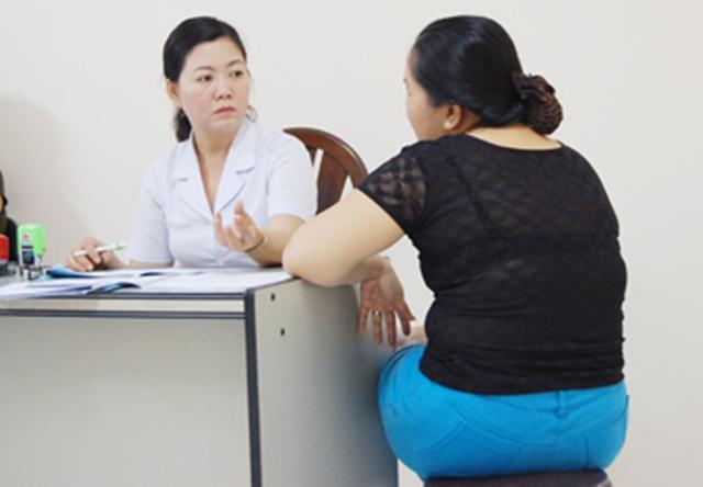 BS Trần Thị Hương Lan đang tư vấn điều trị giảm cân bằng liệu trình châm cứu. Ảnh: TL