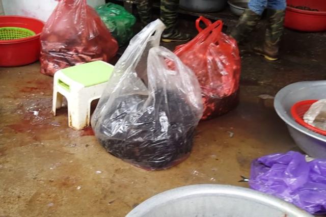 Những túi cá đã chặt khúc, xẻ thịt sẽ được bán cho các quán ăn, quán bún cá với giá rẻ.
