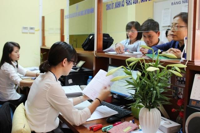 Người dân đến đăng ký làm sổ đỏ tại văn phòng đăng ký nhà đất Hà Nội. Ảnh:BL