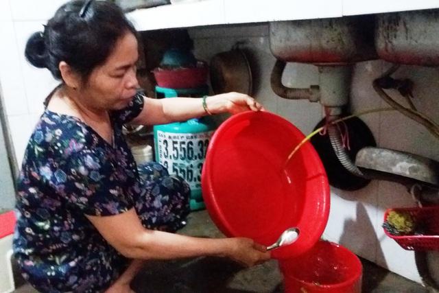 """Vì nguồn nước eo hẹp thế nên người dân nơi đây phải áp dụng cách dùng nước theo kiểu """"1 xô 3 việc"""". Ảnh: Cao Tuân"""