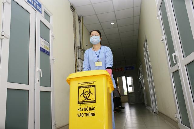 Thùng phân loại, chứa các loại chất thải có màu sắc theo đúng quy định của Bộ Y tế. Ảnh: Chí Cường