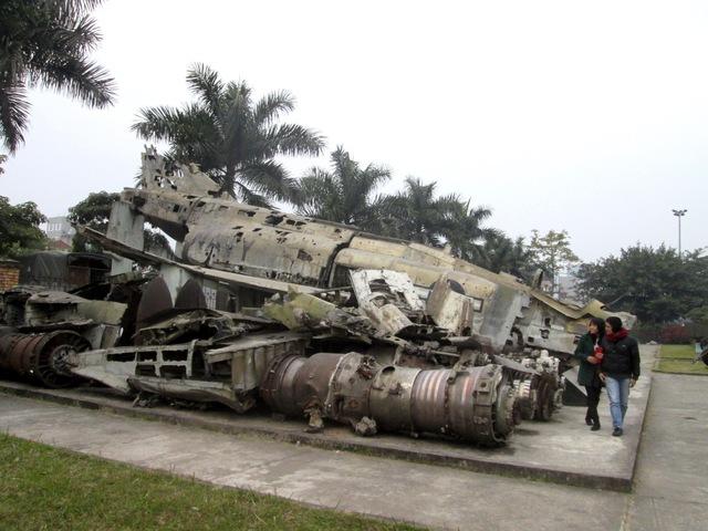 Xác máy bay B52 bị bắn rơi năm 1972, trưng bày tại Bảo tàng Phòng không - Không quân. Ảnh: Nhật Minh
