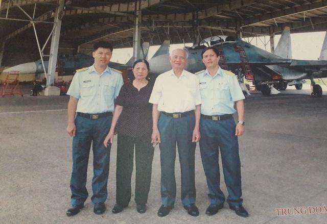 Trung tướng Nguyễn Văn Phiệt cùng vợ chụp hình kỷ niệm với lãnh đạo Trung đoàn không quân 935 tại sân bay Biên Hòa, Đồng Nai năm 2014 (ảnh nhân vật cung cấp).