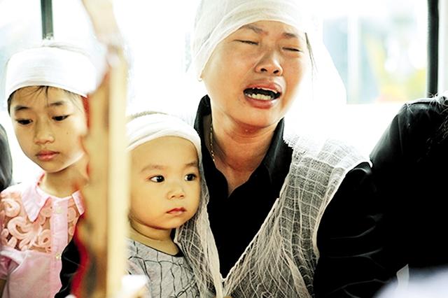 Người thân Đại úy Đỗ Văn Mạnh gục khóc khi linh cữu anh được đưa ra xe. Đại úy Đỗ Văn Mạnh (27 tuổi) là người trẻ nhất trong số 9 thành viên tổ bay.