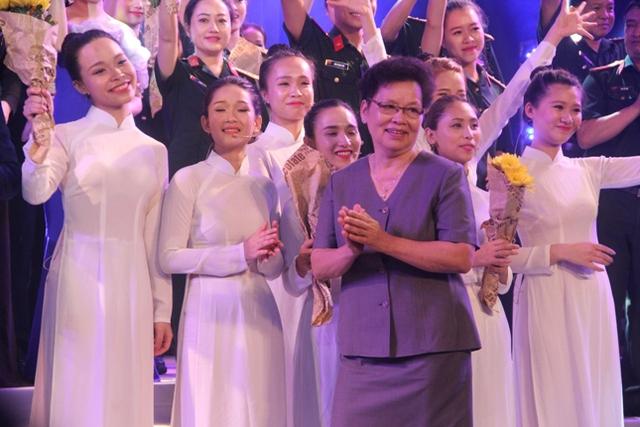 """Bà Ngô Huyền Lâm - Vợ nhạc sỹ An Thuyên xúc động về đêm nhạc """"tâm nguyện"""" của chồng. Ảnh: Hồ Hà"""