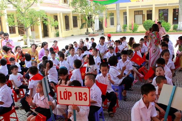 Học sinh khiếm thính được các cô giáo hưững dẫn, chăm sóc đặc biệt tại lễ khai giảng. Ảnh: LV