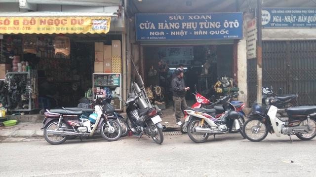 Cửa hàng hiếm hoi có lượng khách đông trên phố Đồng Nhân.