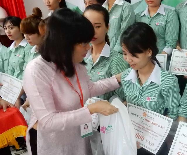 Lãnh đạo trường ĐH Đông Á trao quà hỗ trợ cho hàng chục sinh viên quê Hà Tĩnh, Quảng Bình, Quảng Trị, Thừa Thiên – Huế có hoàn cảnh khó khăn đang theo học tại trường. Ảnh: Đức Hoàng
