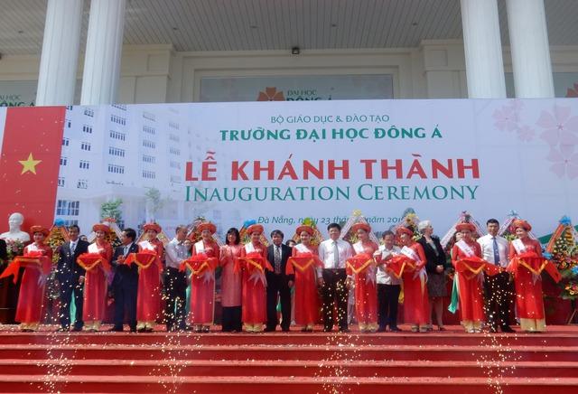 Các đại biểu cắt băng khánh thành cơ sở mới trường Đại học Đông Á. Ảnh: Đức Hoàng