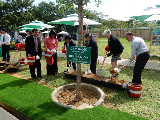 Các đại biểu trồng cây lưu niệm tại nhà trường. Ảnh: Đức Hoàng