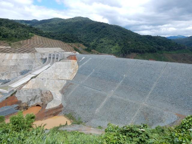 Đập thủy điện Sông Bung 2, bên dưới là cống dẫn dòng, bên trên là đập tràn. Ảnh: Đức Hoàng