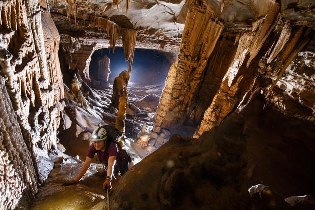 Nhiều hố sụt lớn trong hang Hòa Hương. Ảnh: Đoàn thám hiểm cung cấp
