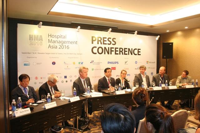 Cục trưởng Cục Quản lý khám chữa bệnh Lương Ngọc Khuê cùng các đối tác tổ chức hội nghị tại buổi họp báo thông tin về sự kiện quốc tế đặc biệt với ngành Y tế Việt Nam.