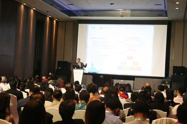 Diễn giả quốc tế đăng đàn chia sẻ kinh nghiệm quản lý bệnh viện tại hội nghị.