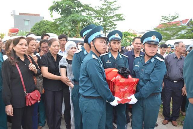 Di cốt của thượng uý Lam được đồng đội đón từ xa