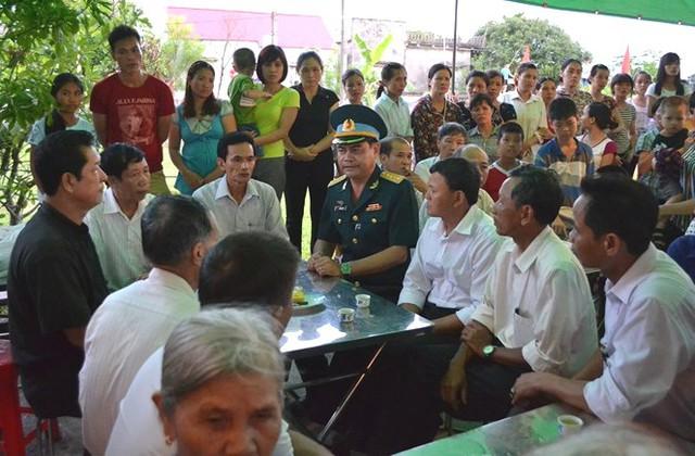 Đại tá Trần Ngọc Sơn - Phó Cục trưởng Cục Phòng không Lục quân chia buồn cùng gia đình. Ảnh: Đ.Tuỳ