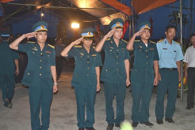 Họ tộc và đồng đội lặng người bên hương hồn liệt sĩ Lam