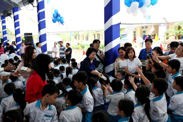 Bà Nguyễn Thị Kim Ngân – Ủy viên Bộ Chính trị, Chủ tịch Quốc hội nước Cộng hòa Xã hội Chủ nghĩa Việt Nam và các đại biểu trao tặng sữa trực tiếp cho các em học sinh tại Cần Thơ
