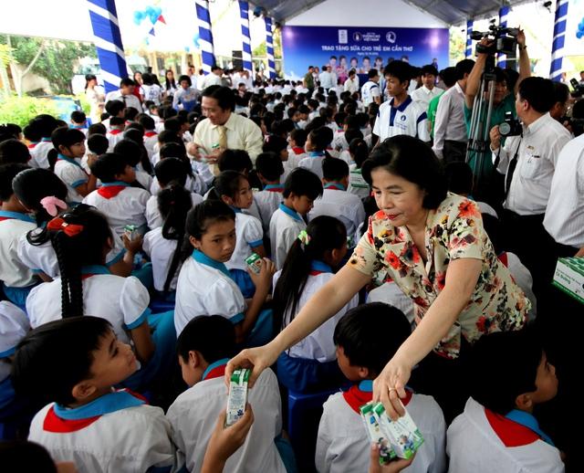 Bà Mai Kiều Liên – Tổng Giám Đốc Vinamilk trao tặng sữa cho các em trường tiểu học Giai Xuân 1, huyện Phong Điền, TP.Cần Thơ
