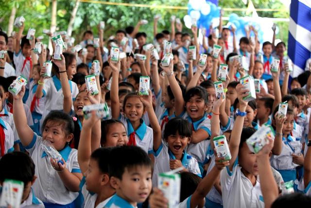 Niềm vui uống sữa của các em học sinh trường tiểu học Giai Xuân 1, xã Giai Xuân, huyện Phong Điền, TP.Cần Thơ
