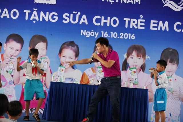 Tham dự chương trình các em học sinh Cần Thơ còn được giao lưu và tham gia các trò chơi vui nhộn Nghệ sĩ hài Xuân Bắc, đại sứ thiện chí của chương trình Quỹ sữa Vươn cao Việt Nam