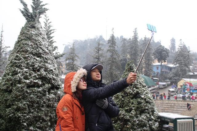 Nhiều cặp đôi cũng ghi lại những kỉ niệm đẹp của tình yêu bên tuyết.