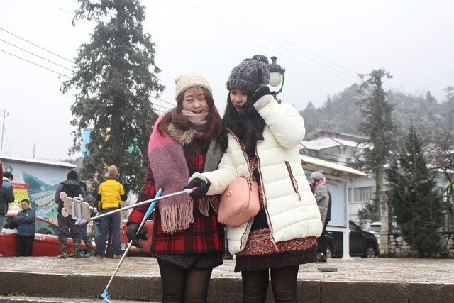 """Trâm Anh,một du khách đến từ Hà Nội chia sẻ: """"Lần đầu tiên trong cuộc đời tôi đã được chứng kiến tuyết rơi. Thật sự rất tuyêt vời. Mấy ngày hôm nay Sapa mưa và lạnh giá nhưng chỉ cần thấy tuyết là quá đủ cho chuyến đi này rồi""""."""
