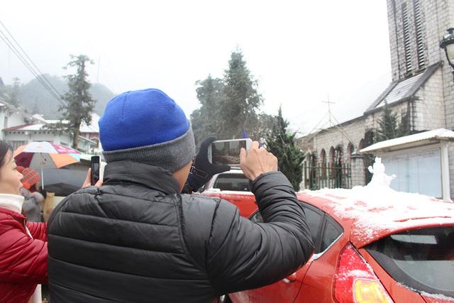 Nhiều người dùng điện thoại để ghi lại hình ảnh tuyết.
