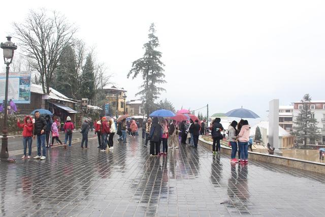 Người dân địa phương cùng rất đông khách du lịch đã đổ lên khu vực có băng tuyết để ngắm cảnh và ghi lại những bức ảnh đẹp.