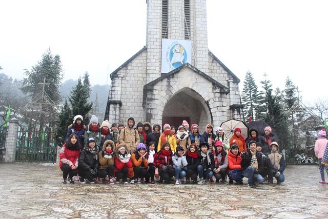 Nhiều du khách từ nhiều tỉnh thành đã lên đường đến Sa Pa từ nhiều ngày trước để có thể tận mắt chứng kiến cảnh tuyết rơi và ghi lại những hình ảnh đáng nhớ.