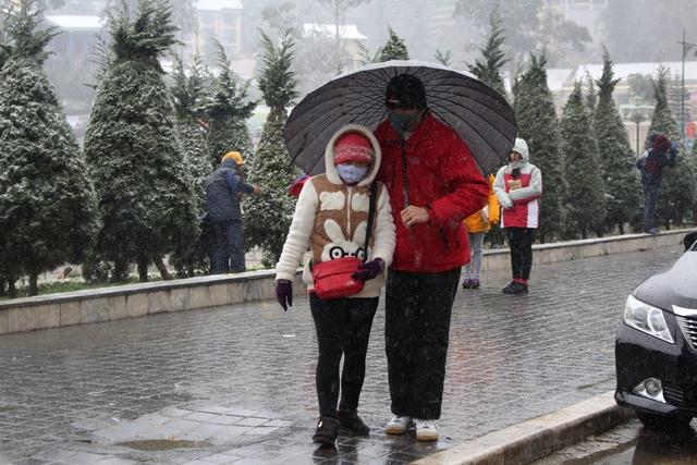Hiện tại nhiệt độ là -3 độ tại thị trấn và tuyết vẫn đang rơi.Ảnh: Nghiêm Linh