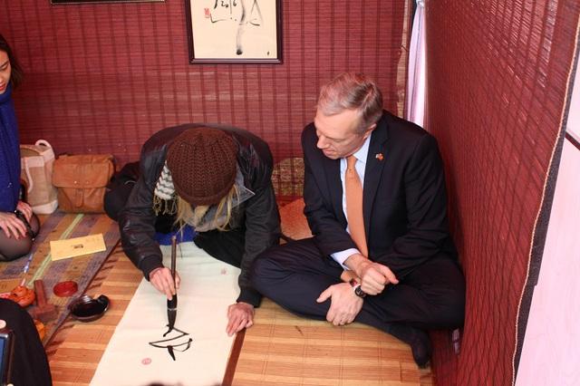 Sau khi dạy viết, TS Cung Khắc Lược đã phóng tác một bức thư pháp trên nền lụa tặng cho Đại sứ Ted Osius.