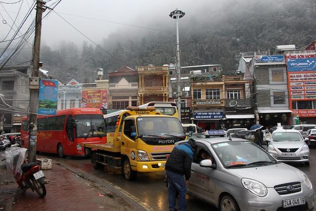 Sau một đêm tuyết rơi, nhiều du khách tìm đến bến xe chợ Mới để lên đường về nhà, vì vậy xe khách chiếm số lượng lớn trong các phương tiện ùn tắc.