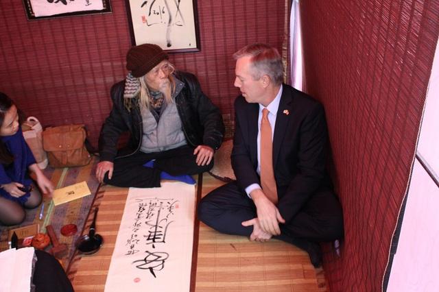 Bức thư pháp viết hai chữ An Khang, hai chữ mà TS Lược dạy Đại sứ Ted Osius viết.
