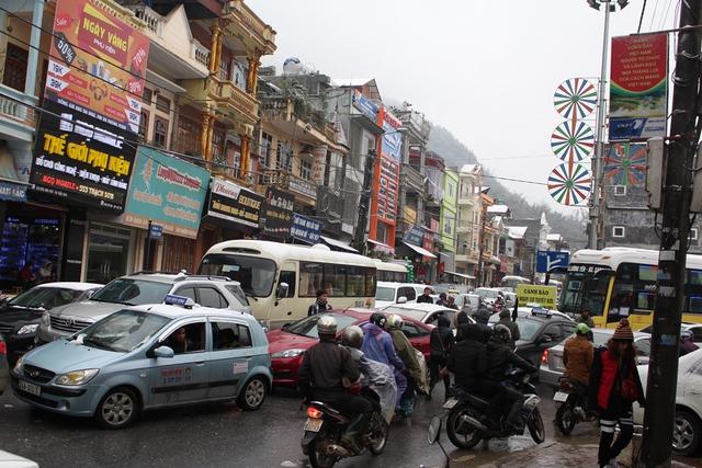 Tuyết rơi, Lượng khách du lịch tăng đột biến, cùng với mưa phùn gây không ít khó khăn cho các phương tiện giao thông.