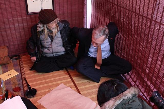 Tư thế ngồi rất quan trọng đối với người viết thư pháp. Vì thế TS Cung Khắc Lược dạy luôn cả cách vận động cho Đại sứ Ted Osius, từ cách đấm lưng, đùi và chân.