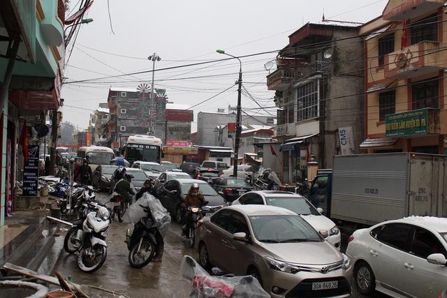 Các ngã đường dẫn vào thị trấn Sapa tắc nghẽ kéo dài.